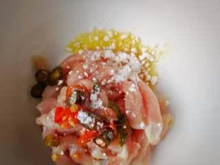 酸菜肉丝面疙瘩,肉丝上几滴芝麻油、花椒油,加泡椒段、生淀粉;