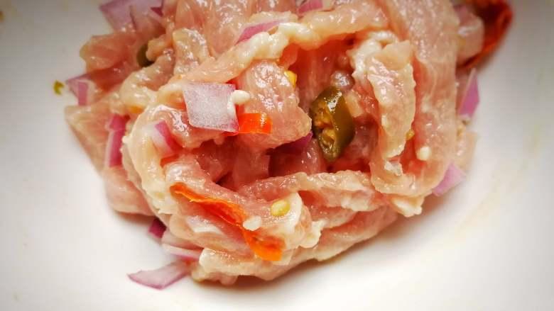 酸菜肉丝面疙瘩,搅拌均匀再切几块洋葱片,腌制待用;