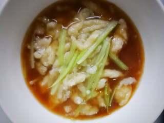 酸菜肉丝面疙瘩,面疙瘩煮熟后,和着汤水,盛进已加了少许酱油、香醋的容器中;