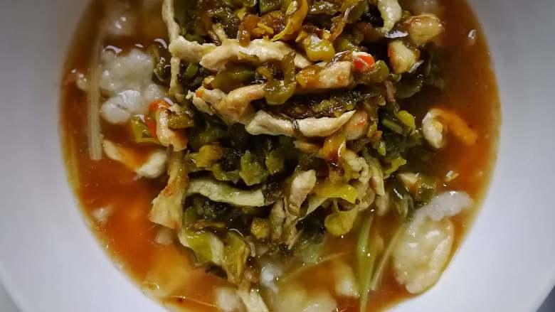 酸菜肉丝面疙瘩,加入已候的酸菜肉丝;