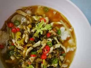 酸菜肉丝面疙瘩,加青红椒粒、芹菜叶装束;拍照开吃!