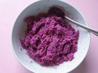 紫薯草莓球,蒸熟的紫薯趁热用勺子压成泥