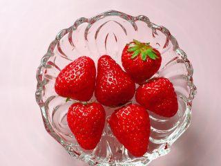 紫薯草莓球,将草莓放入清水中,加入少许盐浸泡10分钟。