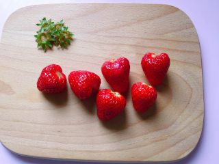 紫薯草莓球,然后去蒂洗净,用厨房纸擦干水分备用。