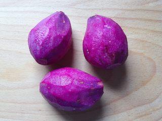 紫薯草莓球,先将紫薯去皮洗净