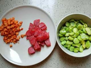 蚕豆腊肠焖饭,胡萝卜切丁,腊肠切片
