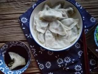 茼蒿馅饺子,吃的时候蘸醋,喜欢辣的可以加红油辣子,