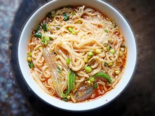 酸辣面,煮熟的面条,青菜,捞出,放入调好的酱料中,加入适量汤,搅拌均匀即可!
