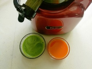 浪漫双色花馒头,先把菠菜和胡萝卜分别用榨汁机压成汁备用。