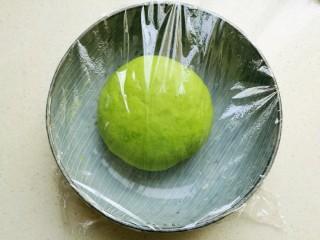 浪漫双色花馒头,搅拌成絮状后,揉成一个光滑的面团,盖上保鲜膜进行发酵。