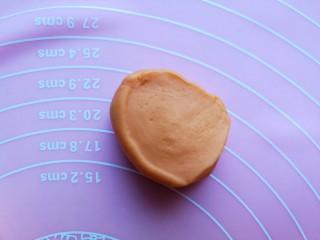 浪漫双色花馒头,切开后可以看面团横切面来鉴别面团是否揉制到位,横切面光滑只有部分细小的孔表示面团揉好了,相反如果粗糙且有大气孔,哪还要再揉制。