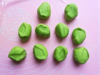 浪漫双色花馒头,用同样的方法把菠菜汁面团揉面排气后也分成10个小段。