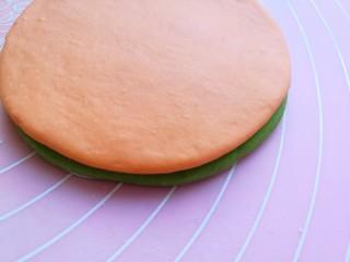 浪漫双色花馒头,然后将胡萝卜面片叠加在菠菜汁面片上面。