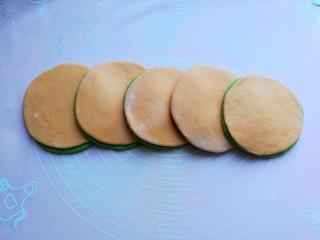 浪漫双色花馒头,陆续擀好其它面饼,我一起叠加了五组,这样出来会有五朵花瓣。