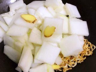 红烧虾皮冬瓜,倒入冬瓜和姜片,及小半碗的水。