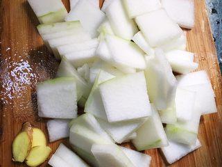 红烧虾皮冬瓜,冬瓜洗净去皮,姜切片。