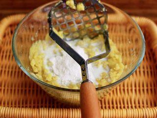 土豆火腿肠饼,加入面粉、胡椒粉和适量盐调味