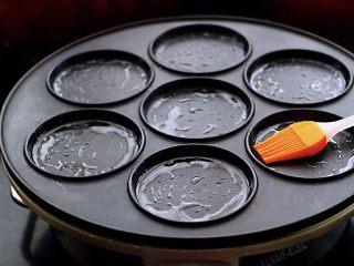 土豆火腿肠饼,早餐机(小白锅)提前预定5分钟后、用硅胶刷子蘸少许花生油把模具均匀涂抹一遍