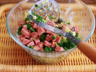 土豆火腿肠饼,把切好的小香葱和火腿肠放入土豆泥里