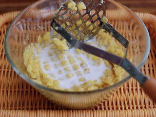 土豆火腿肠饼,加入牛奶