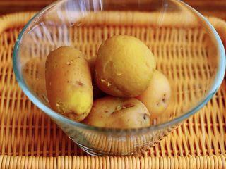 土豆火腿肠饼,蒸熟的土豆去皮后
