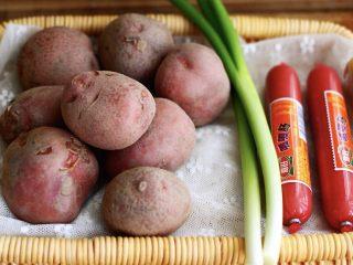 土豆火腿肠饼,首先准备好食材;土豆、火腿肠和小香葱