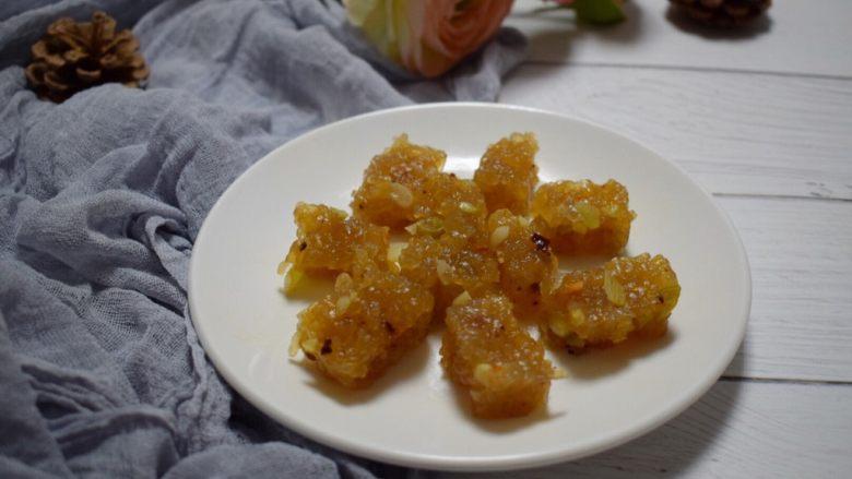 河南小吃——蒸素焖子,在食用时,需要切成小块如图所示。和芹菜或白菜或其他蔬菜一块炒制。