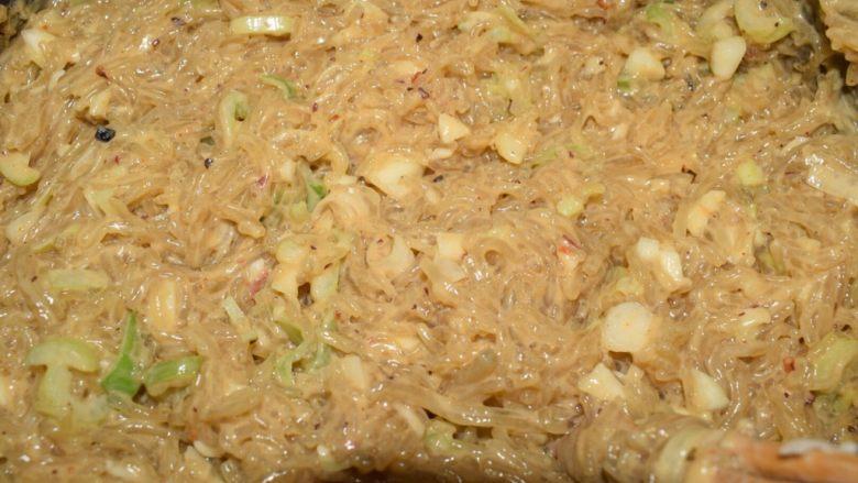 河南小吃——蒸素焖子,搅拌均匀。