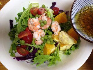 了不起的小番茄+什锦减脂沙拉, 除鸡蛋外的所有食材入碗,加入碗汁拌匀