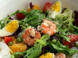 了不起的小番茄+什锦减脂沙拉, 最后加入鸡蛋,撒入芝士粉、黑胡椒碎即可食用