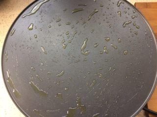 了不起的小番茄+番茄汁韭菜鸡蛋煎饼,热好后,刷一点油