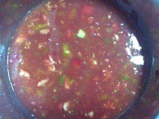 了不起的小番茄+番茄汁韭菜鸡蛋煎饼,这是挤出的汁子,用漏勺过滤一下流出稠的