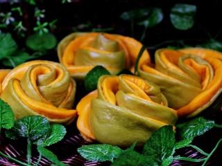 浪漫双色花馒头,花朵馒头蒸好了,叶子点缀一下,有种春天的感觉吧。