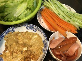 鸡蛋胡萝卜火腿寿司,鸡蛋,小肠,煎好,胡萝卜青瓜切条,生菜洗净