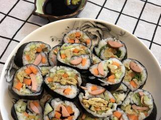 鸡蛋胡萝卜火腿寿司,美味的寿司做好啦,配上自己喜欢的酱料,美美的,好吃😋