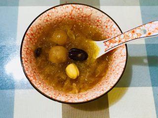红枣莲子银耳汤,成品图 甜甜的 粘粘的 热乎乎的银耳汤做好了 希望大家喜欢💕