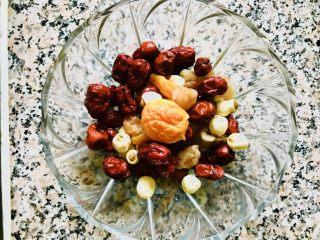 红枣莲子银耳汤,首先把红枣 莲子 桂圆肉一同放容器里 加水泡发30分钟