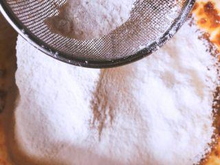 甜滋滋枣糕,最后,筛入我们的低筋面粉,充分的搅拌我们的面糊