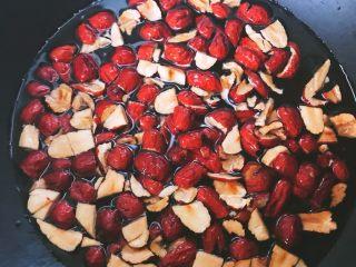 甜滋滋枣糕,将大枣放入锅中,放入适量水煮开,搅拌