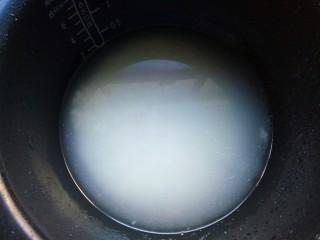 樱花寿司,锅里加入适量清水将米煮熟(我用的是东北大米,因为粘性比较好)。