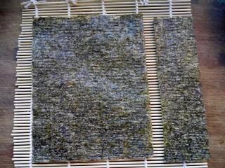 樱花寿司,将大张海苔切掉1/4。