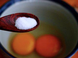 香椿虾皮炒鸭蛋,在浸泡香椿的这个时候,我们先取一个大一点的碗,把两个鸭蛋打散在碗里,加入料酒、胡椒粉和适量的盐调味后,用手动打蛋器把鸭蛋液搅拌均匀后备用(加入料酒的目的;第一个是为了去除鸭蛋的腥味,第二个就是鸭蛋在炒制的过程中,鸭蛋会蓬松起来,而不会发硬)