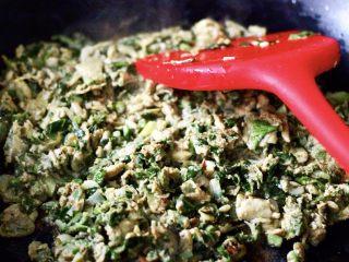 香椿虾皮炒鸭蛋,直至把香椿和鸭蛋液融合在一起的时候就可以了,喜欢吃老一点口味的亲们,可以再多炒一会,慢慢会炒出金黄色的一层,非常香的哈;