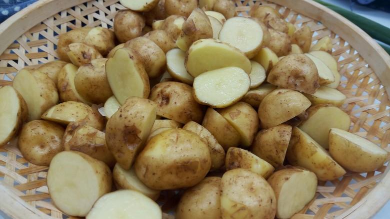 香辣土豆,泡好的土豆轻轻搓洗干净,不喜欢吃土豆皮的,可以刮一下,因为是新土豆,用刀或者啤酒盖子轻轻一刮就没有了,小编喜欢吃带皮的,所以直接对半切开就可以,切开煮的快一点,不切的话煮熟以后直接拍扁煎就可以