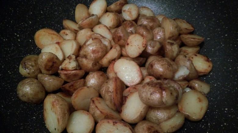 香辣土豆,煎至土豆两面微黄