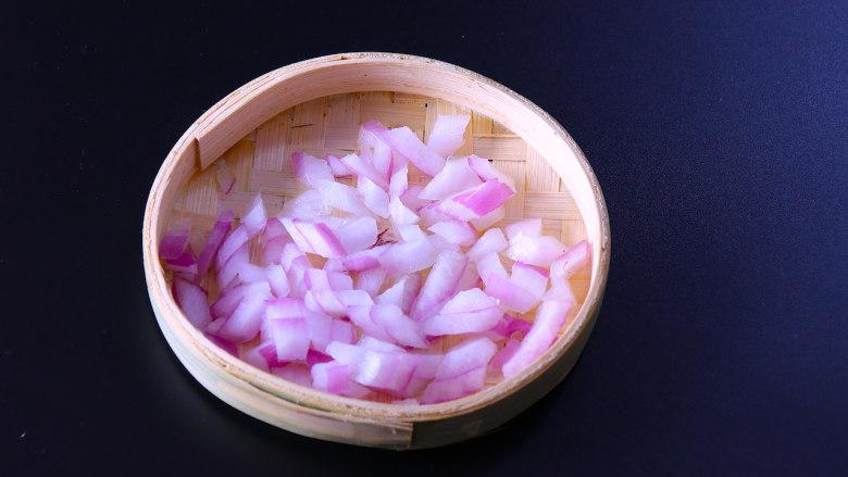 下饭菜芹菜炒肉末,洋葱也切碎,切洋葱的时候,放一碗冷水在洋葱旁边,这样在切的时候就不会流眼泪啦。