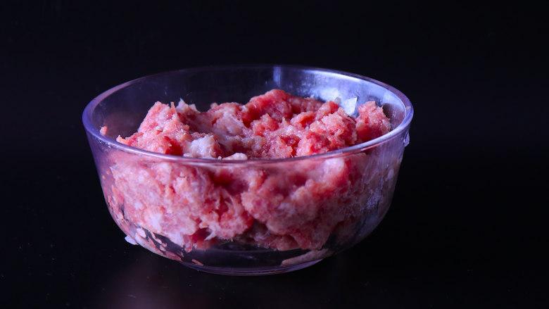 下饭菜芹菜炒肉末,猪肉剁成末。猪肉选用三分肥七分瘦的前腿肉,这样的肉口感会更好。