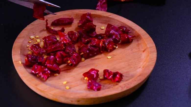 下饭菜芹菜炒肉末,二荆条辣椒切成段,四川人特别爱用这种辣椒,会特别的香,辣度属于微辣。