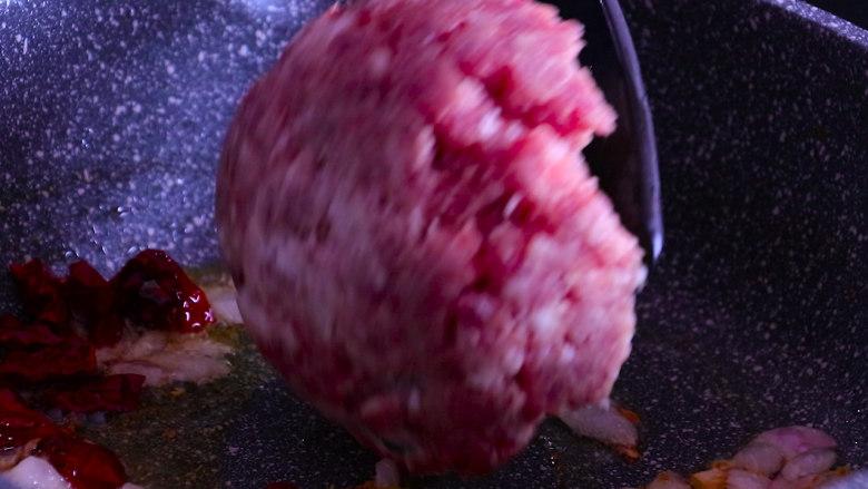 下饭菜芹菜炒肉末,再放入多好的肉末,翻炒至颜色变白。