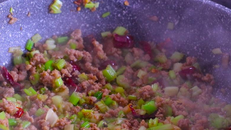 下饭菜芹菜炒肉末,最后加入少许盐和鸡精翻炒均匀即可